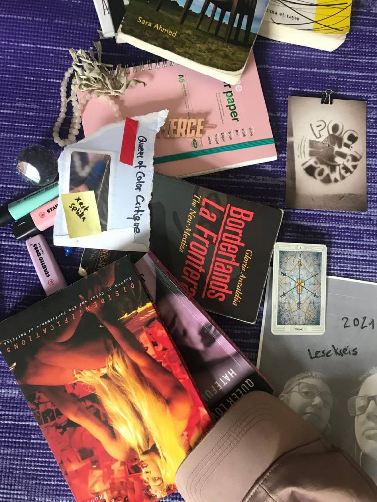 Buntes Foto von Büchern, die im Lesekreis besprochen werden, von Stiften, Bilder und anderen Materialen